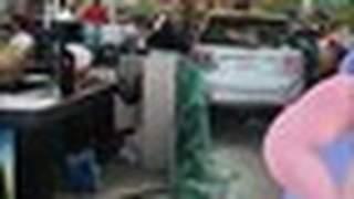 Carro invade supermercado e deixa homem ferido na Paraíba