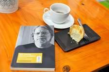 Pausa para café e leitura em Nísia