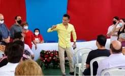 Com presença de Fátima, educador faz protesto durante comemoração ao Dia do Professor; vídeo