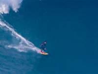 De férias em Portugal, Ítalo Ferreira surfa ondas gigantes em Nazaré